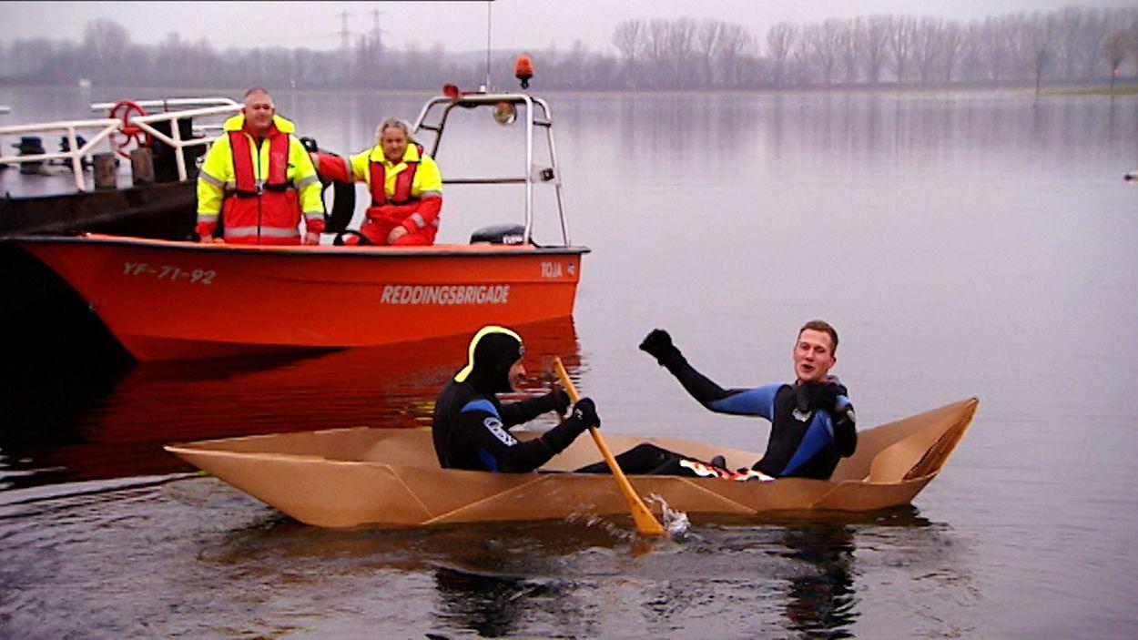Afbeelding van Varen in een papieren bootje - Proefkonijnen   Oud Goud