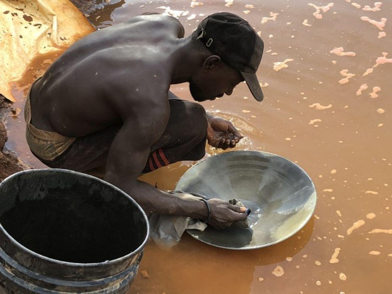 Goudzoeker in Suriname