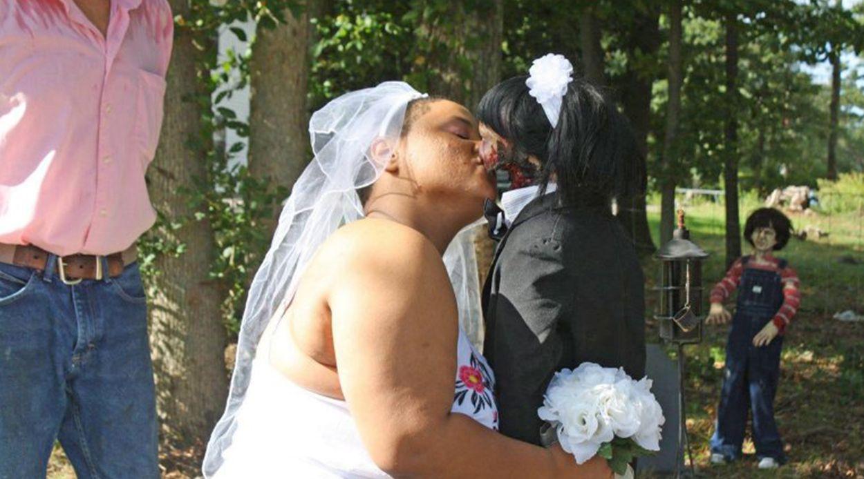 Afbeelding van Vrouw trouwt met zombiepop