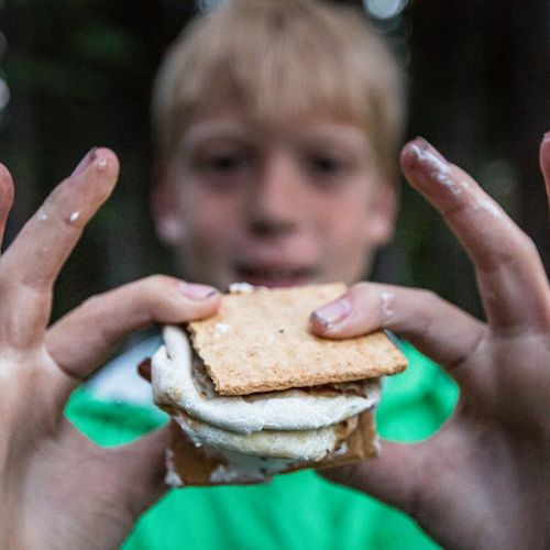 Afbeelding van Scholier bakt koekjes met as van grootouders