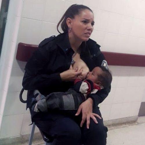 Afbeelding van Agente geeft verwaarloosde baby borstvoeding en krijgt promotie