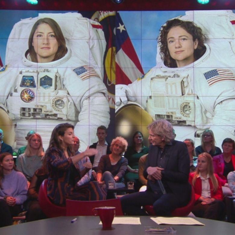 Afbeelding van Voor het eerst wandelen twee vrouwen in de ruimte